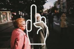 Ein altes Paar auf der Straße mit Grobian Logo. Foto von Seyfettin Dincturk.